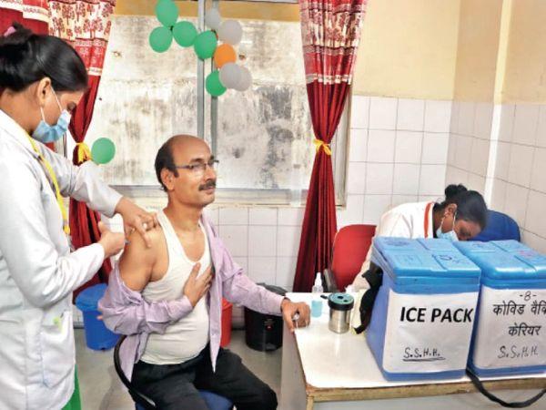 हुकुमचंद पॉली क्लिनिक में डॉक्टर और कर्मचारियों ने लगवाया टीका। - Dainik Bhaskar
