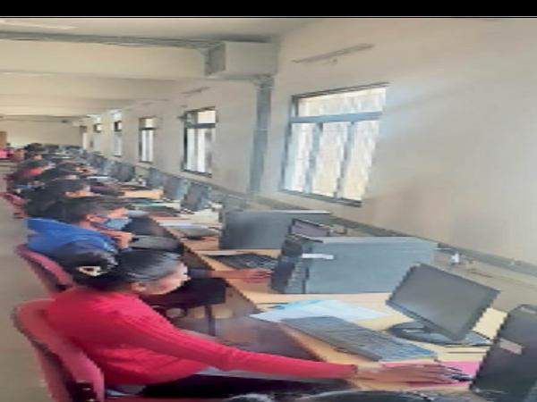 होशंगाबाद। मिनी ब्राउजर की मदद से परीक्षा देते विद्यार्थी। - Dainik Bhaskar