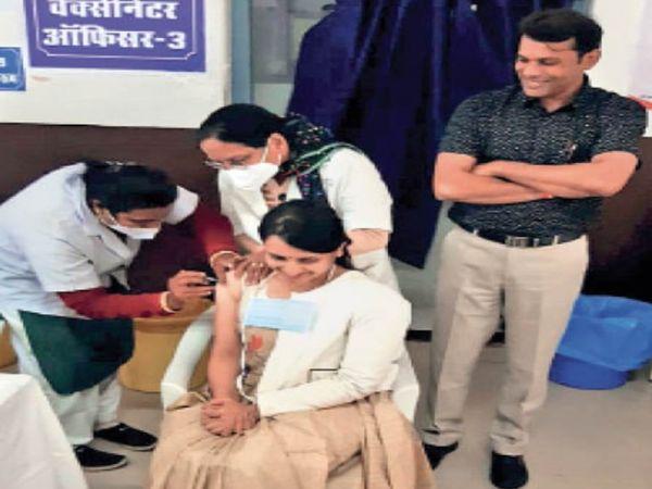 इटारसी| शहर के निजी डॉक्टरों ने अस्पताल मंे लगवाई वैक्सीन। - Dainik Bhaskar