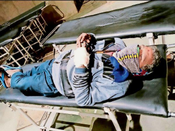 जीएमसीएच-32 में स्ट्रेचर पर जख्मी गार्ड। - Dainik Bhaskar