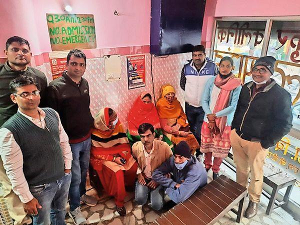 गुड़गांव. लिंग जांच गिरोहके आरोपियों के साथ स्वास्थ्य विभाग की टीम। - Dainik Bhaskar