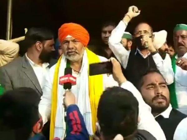 गाजीपुर बॉर्डर पर राकेश टिकैत के साथ मंच पर भाषण देते कांग्रेस नेता रामेश्वर डूडी। - Dainik Bhaskar