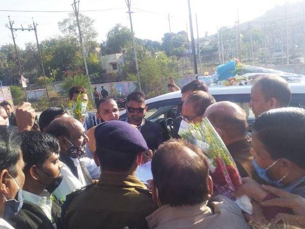 सीएम को अपनी मांगें बताते मप्र बिजली कर्मचारी महासंघ के सदस्य। - Dainik Bhaskar