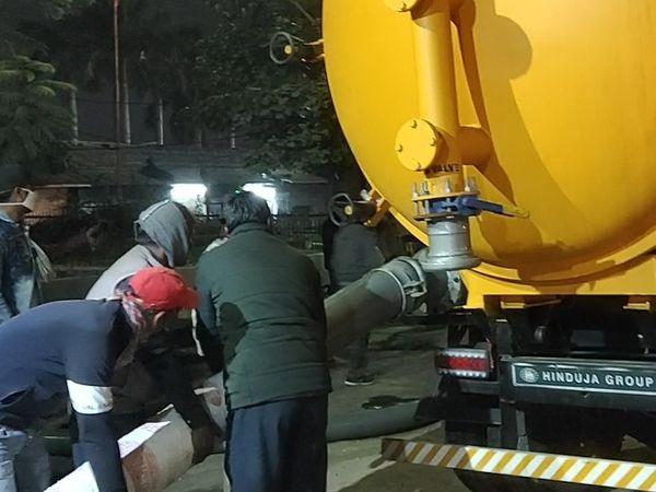 बीती रात सुपर सकर मशीन ने सीवरेज की सफाई करवाकर ट्रायल किया गया - Dainik Bhaskar