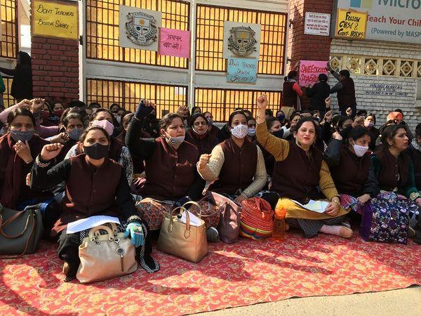 SDVM स्कूल के बाहर धरने पर बैठीं शिक्षिकाएं। - Dainik Bhaskar