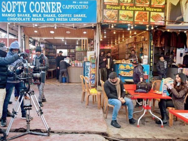 तस्वीर श्रीनगर के बाहरी इलाके में बसे निशात शहर की है। यहां दक्षिण भारतीय फिल्म की शूटिंग चल रही है। - Dainik Bhaskar