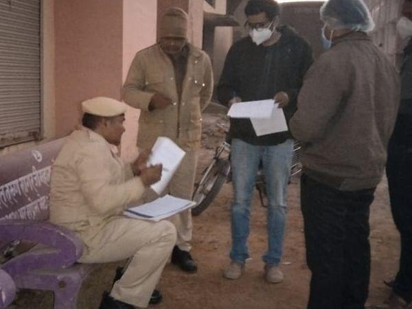 भरतपुर: आरबीएम अस्पताल में पोस्टमार्टम की कार्रवाई करती पुलिस। - Dainik Bhaskar