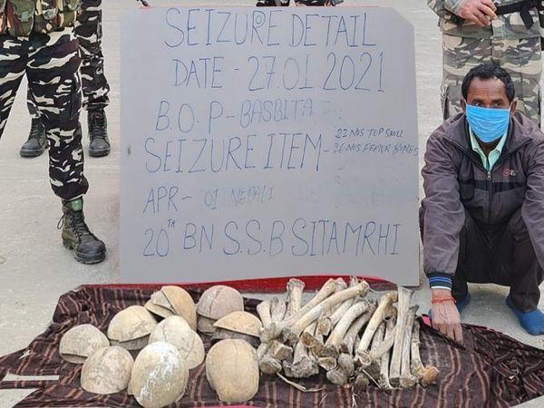 जब्त खोपड़ियों-हड्डियों के साथ अरेस्ट नेपाली नागरिक। - Dainik Bhaskar