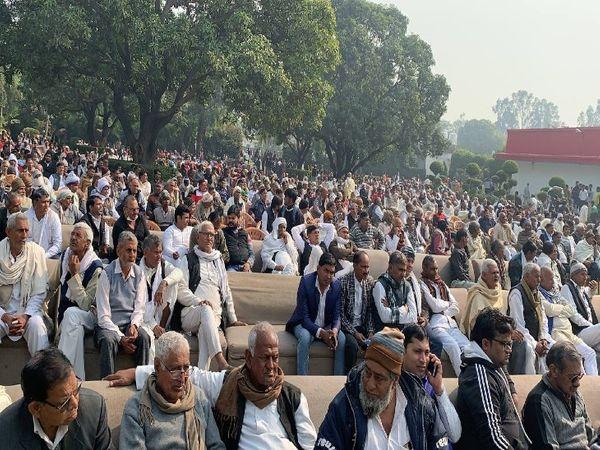 यह तस्वीर यूपी के ग्रेटर नोएडा की है। यहां कांग्रेस की तरफ से भी किसानों के समर्थन में बैठक की गई। हालांकि पुलिस से इसकी मंजूरी नहीं ली गई थी।