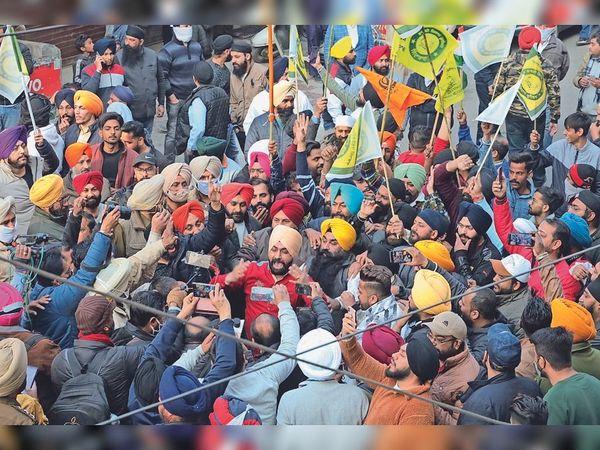 भाजपा की तिरंगा यात्रा के विरोध में सड़क पर जमा हुए कारोबारी। - Dainik Bhaskar