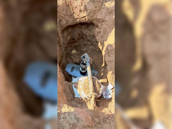 तेल चोरी करने के लिए गड्ढा खोद तोड़ी आईओसी लाइन में लगाया वाल्व। - Dainik Bhaskar