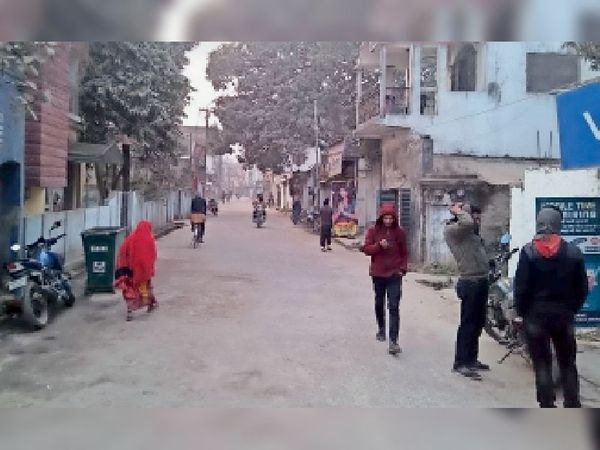 हमेशा भीड़भाड़ वाला धर्मशाला रोड शनिवार को दोपहर खाली नजर आया। - Dainik Bhaskar