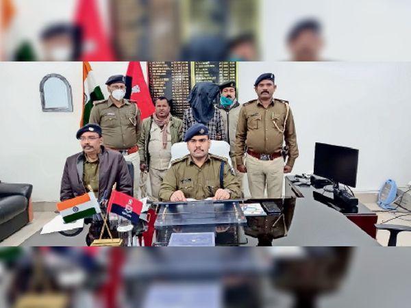 प्रेसवार्ता में गिरफ्तार बदमाश के बारे में जानकारी देते एसपी अमितेश कुमार। - Dainik Bhaskar