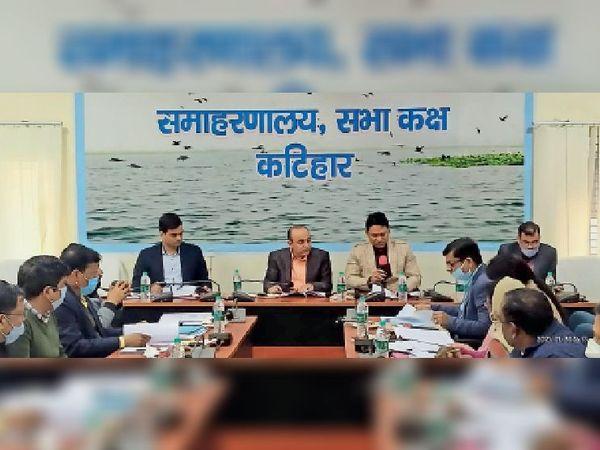 इंटर परीक्षा को लेकर शनिवार को अधिकारियों के साथ बैठक करते डीएम-एसपी व अन्य अधिकारी। - Dainik Bhaskar
