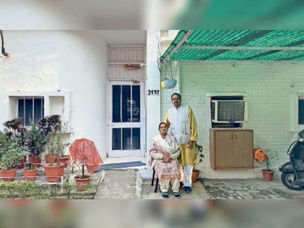 अपनी पत्नी के साथ सतीश कुमार। - Dainik Bhaskar