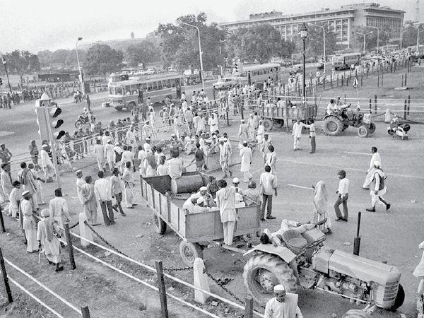 तस्वीर राजपथ की है। 1988 में किसानों ने मांगों को लेकर ट्रैक्टर ट्रॉली से घेराव किया था। - Dainik Bhaskar
