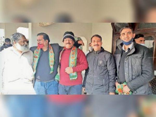 विनोद जौहर व हरजीत बुद्धिराजा को भाजपा का पटका पहनाते मंत्री विज। - Dainik Bhaskar
