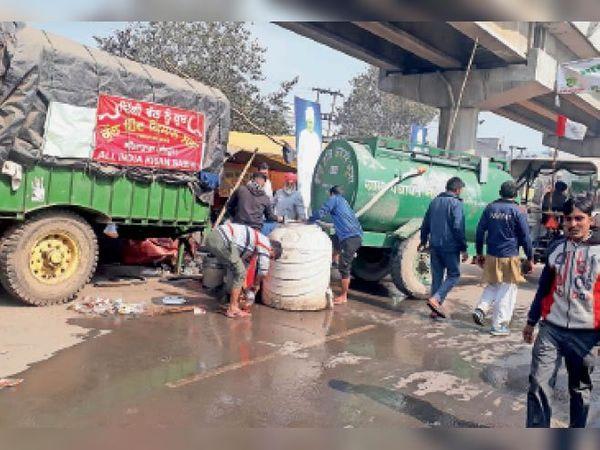 बहादुरगढ़ में टिकरी बॉर्डर पर किसानों के लिए की पानी की व्यवस्था। - Dainik Bhaskar