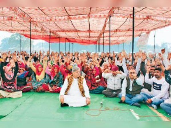 भूमि अधिग्रहण का मुआवजा लेने के लिए धरना देते ग्रामीण। - Dainik Bhaskar