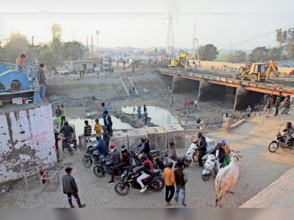 पैरलल नहर पर गिराया जा रहा पुराना पुल। - Dainik Bhaskar