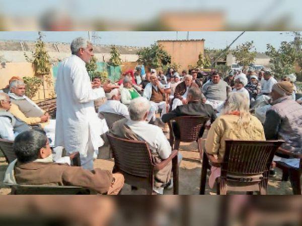 किसानों को संबोधित करते हुए किसान नेता। - Dainik Bhaskar