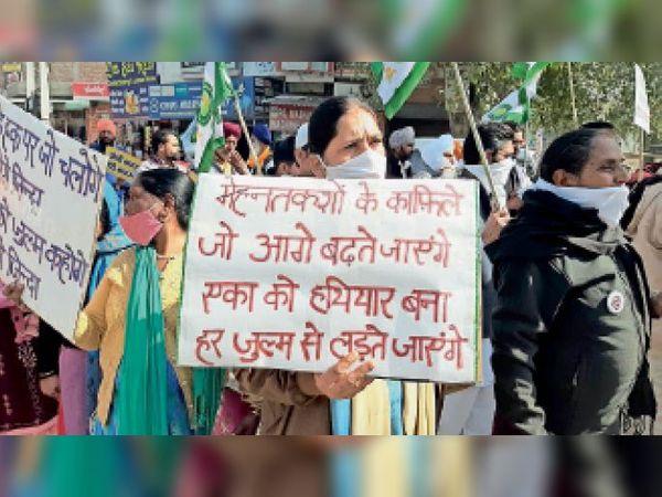 सिरसा। दिल्ली में हिंसा के बाद मौन जुलूस निकालते किसान, सिरसा। दिल्ली में हिंसा के बाद मौन जुलूस निकालते किसान, इस दौरान कई संगठनों के सदस्य, किसान और ग्रामीणों ने हाथों में तख्ती लेकर अपना विरोध दर्ज करवाया। - Dainik Bhaskar