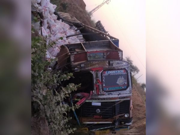 भिड़ंत के बाद ट्रक भी पुलिया से नीचे गिर गया।