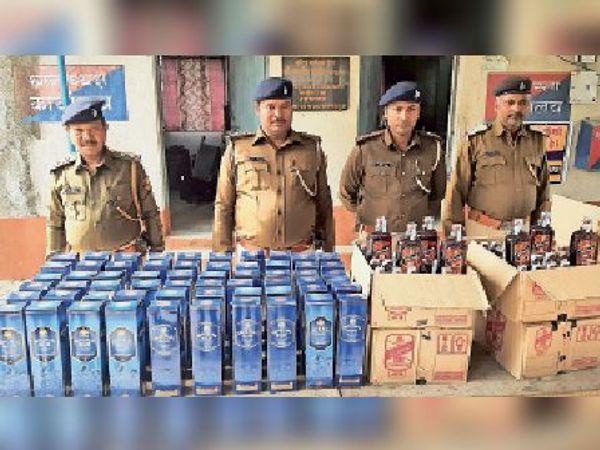 बरामद शराब के साथ थानाध्यक्ष व बरियारपुर पुलिस। - Dainik Bhaskar
