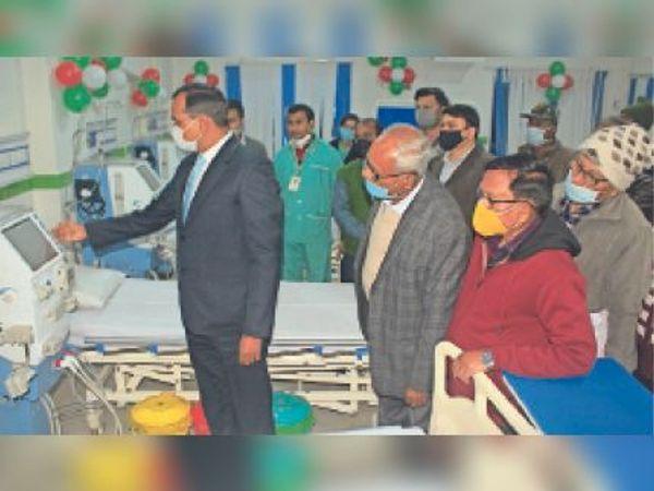 सदर अस्पताल में डायलिसिस सेंटर का उद्घाटन करते डीएम। - Dainik Bhaskar