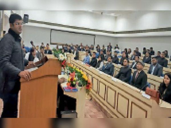 गुड़गांव. प्रशिक्षण कार्यक्रम को सम्बोधित करते उपमुख्यमंत्री दुष्यंत चौटाला। - Dainik Bhaskar