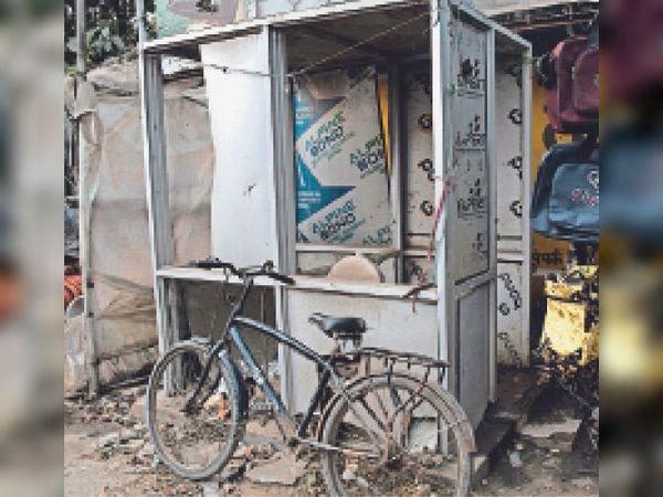 शहर में बने फेब्रिकेटेड टॉयलेट की ऐसी ही जर्जर हालत कमोबेश सभी जगह है। - Dainik Bhaskar