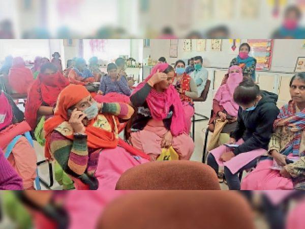 वैक्सीन लगवाने के लिए इंतजार करते हुए महिलाएं। - Dainik Bhaskar