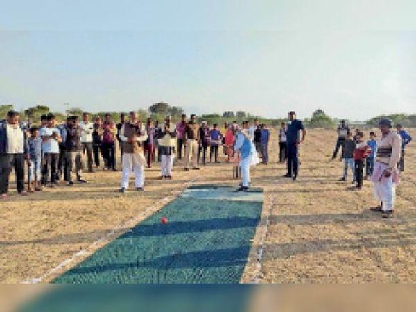 डोहर कलां में क्रिकेट प्रतियोगिता का शुभारंभ करते हुए  सामाजिक न्याय एवं अधिकारिता राज्यमंत्री ओमप्रकाश यादव। - Dainik Bhaskar