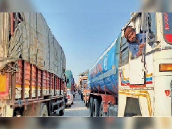 शाहजहांपुर रोड पर जाम में फंसे खड़े वाहन। - Dainik Bhaskar
