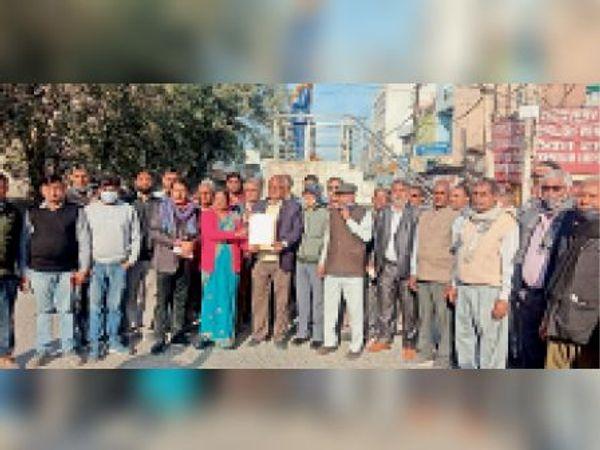 रेवाड़ी में मांगों को लेकर ज्ञापन सौंपने जाते समाज के लोग। - Dainik Bhaskar