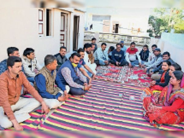 बैठक में माैजूद संघ सदस्य। - Dainik Bhaskar