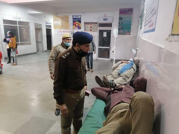 हादसे के बाद अस्पताल में घायलों का हाल पूछते अधिकारी।