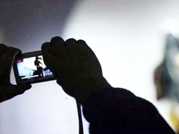 1 नवंबर से युवती के ई-मेल पर आपत्तिजनक फोटो व वीडियो भेजकर एक लाख रुपए की डिमांड करना शुरु कर दिया। ब्लैकमेलिंग से परेशान होकर युवती ने करधनी थाने में केस दर्ज करवाया - Dainik Bhaskar
