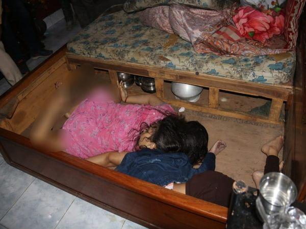बेड के अंदर इस तरह से हत्या के बाद मां और बेटी को ठूंस दिया गया था।