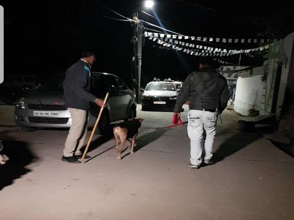 पुलिस का डॉग देर रात कुछ सुराग जुटाने की कोशिश में लगा रहा।