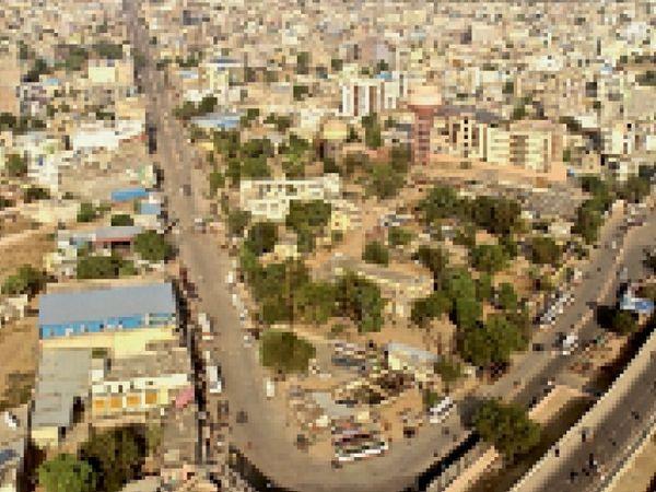 विक्ट्री का साइन बनाती शहर की नवलगढ़ और पिपराली रोड अब एजुकेशन हब के रूप में पहचान बना चुकी हैं। - Dainik Bhaskar