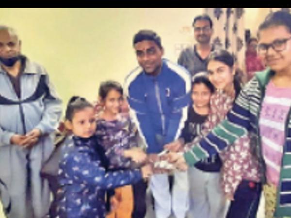 बच्चाें ने गुल्लक फोड़कर दिए 2760 रु.। - Dainik Bhaskar