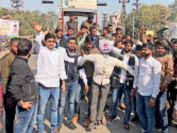 टिकैत के समर्थन में बिजली घर सर्किल पर प्रदर्शन करते युवा। - Dainik Bhaskar