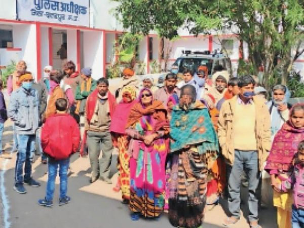 छतरपुर | एसपी ऑफिस ज्ञापन देने पहुंचे पीड़ित के परिजन। - Dainik Bhaskar