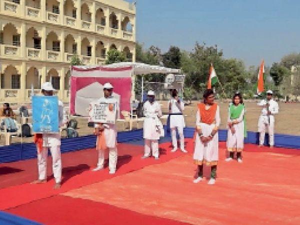 छतरपुर| अमर शहीद राष्ट्रपिता महात्मा गांधी को श्रद्धांजलि कार्यक्रम के दौरान छात्रों ने दी प्रस्तुति। - Dainik Bhaskar