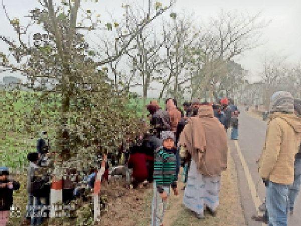 दुर्घटना के बाद बाइक को गड्ढे से  बाहर निकालते लोग। - Dainik Bhaskar