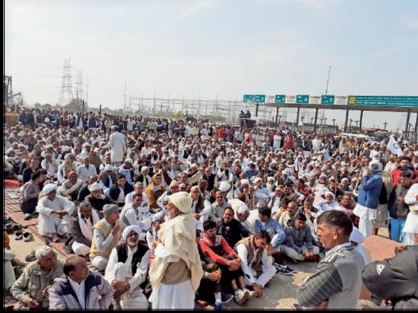 जींद. खटकड़ टोल प्लाजा पर हुई महापंचायत में उमड़ी लोगों की भीड़। यहां महिलाएं भी बड़ी संख्या में मौजूद रहीं। - Dainik Bhaskar