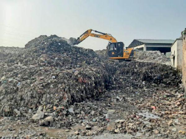 यमुनानगर|कैल प्लांट में पोकलेन से कचरे अलग करते कर्मी। - Dainik Bhaskar