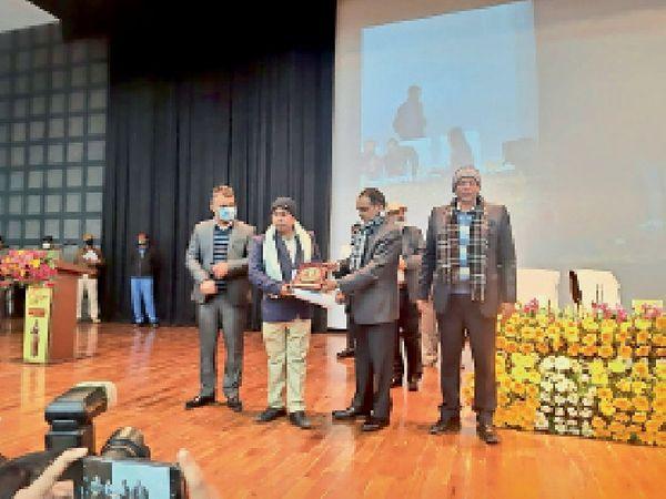 पटना में राधा मोहन पुरस्कार  लेते चित्रकार राजीव राज। - Dainik Bhaskar