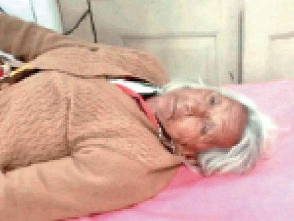 अस्पताल में भर्ती घायल पुनियाबाई। - Dainik Bhaskar